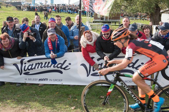 Jolien Vershueren, hier op de Koppenbergcross, kon rekenen op veel steun van haar supporters.
