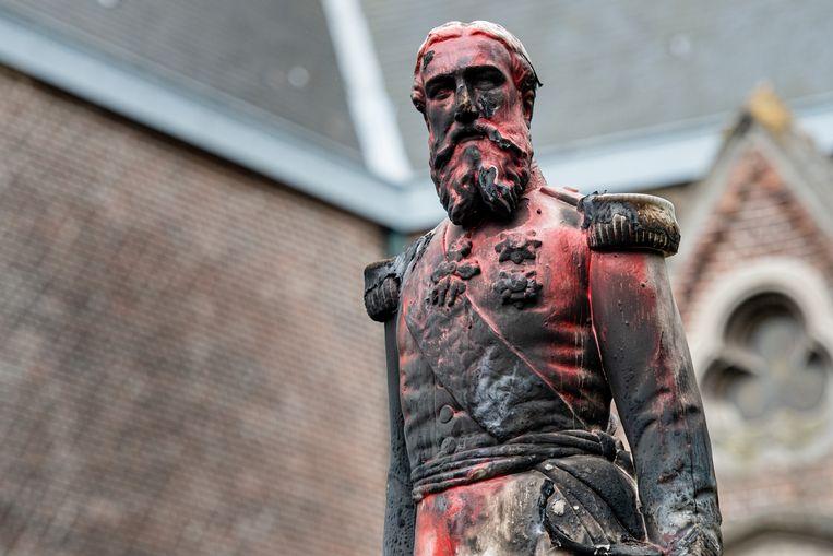 Het standbeeld van Leopold II in Ekeren dat beklad werd, vervolgens in brand gestoken en uiteindelijk weggehaald. Beeld BELGA