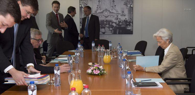 IMF-topvrouw Christine Lagarde met de andere geldschieters, bij hun vergadering vanmiddag. Beeld EPA