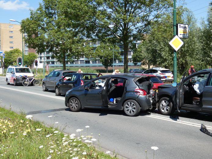 Vijf auto's botsten vanochtend tegen elkaar op de Wageningselaan.