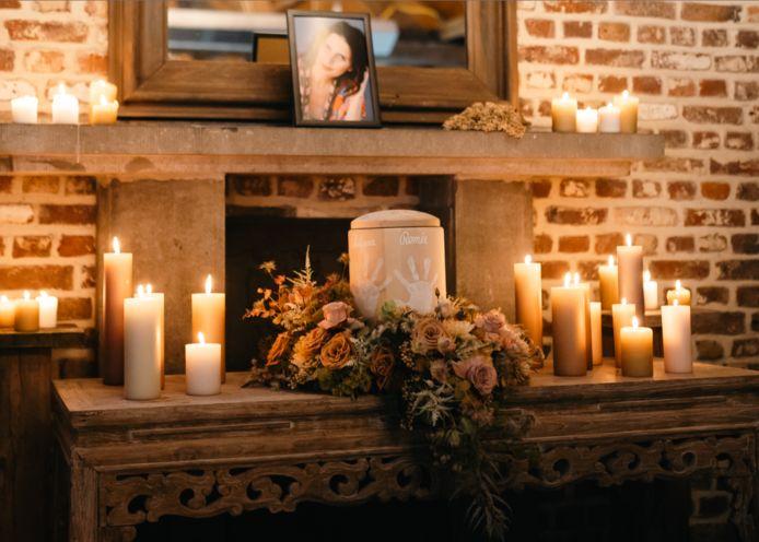 De urne van Lara, beschilderd met de handjes van haar kinderen.