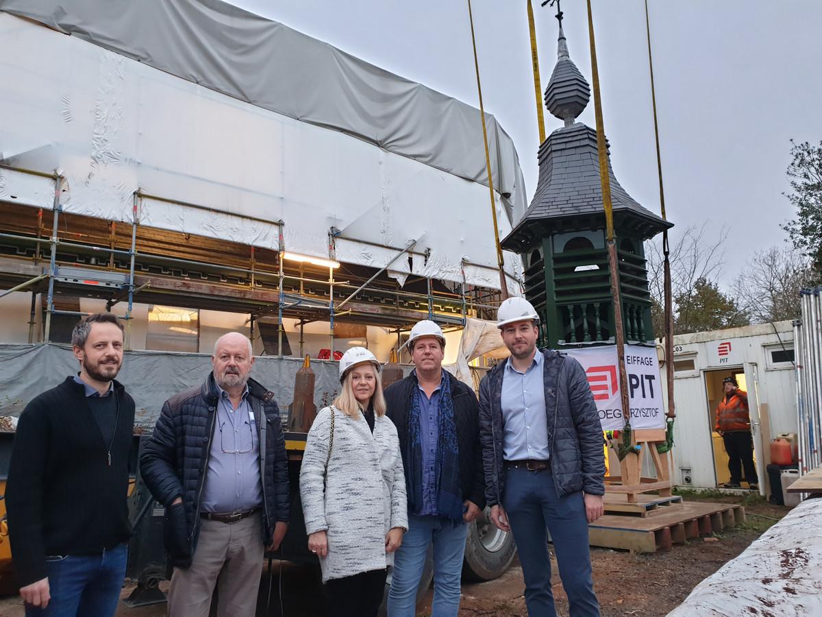 Schepen van Erfgoed Pieter-Jan Parrein (N-VA) (rechts) was aanwezig bij de plaatsing van de toren.