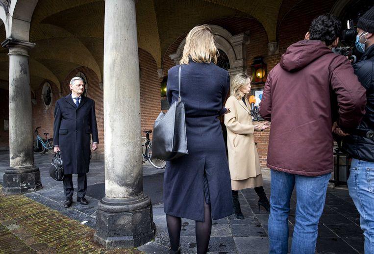 Martin van Rooijen (links) van 50Plus kijkt toe hoe Kajsa Ollongren (rechts), demissionair minister van Binnenlandse Zaken, een reactie geeft op haar besluit om de procedure rond het tellen van briefstemmen aan te passen. Beeld ANP
