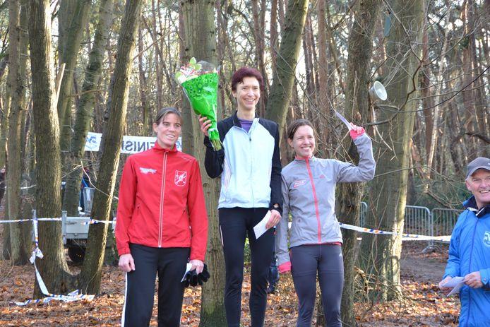 Het erepodium bij de vrouwen 35 in de Pagnevaartcross met in het midden winnares overall Paddy Herijgers (Achilles), Marisa Hopmans (Spado) rechts die tweede werd en Wendy Deijkers (AV Standdaarbuiten).