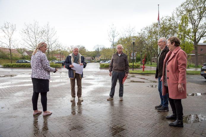 Wethouder Jacqueline van Burg, dorpsraadvoorzitter Kees Veerhoek, initiatiefnemer Henk van der Veer en buurtgenoten Jan en Karin Wormeester