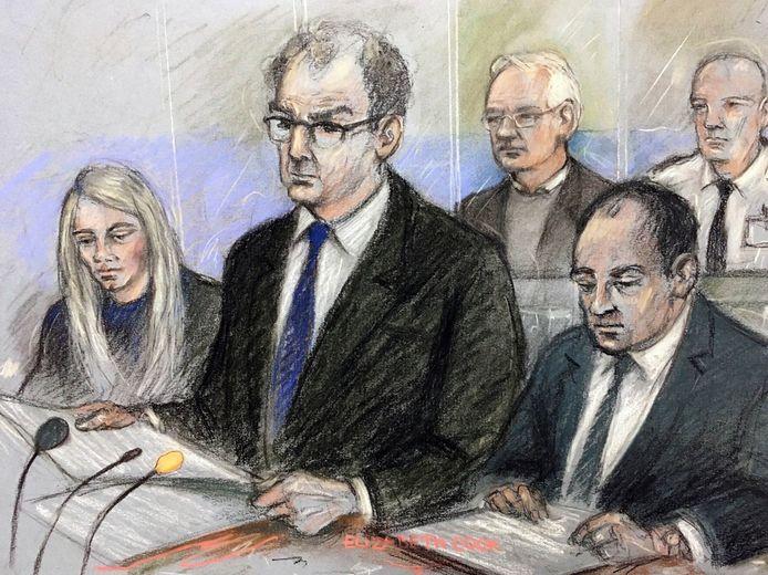 Julian Assange (links achterin) luistert naar raadsman James Lewis.