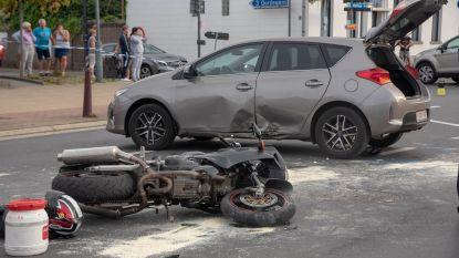 Motorrijder zwaargewond nadat hij tegen auto botst
