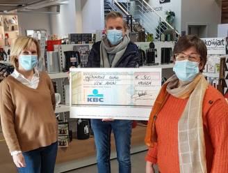 Klanten van electro-handelaar schenken samen 500 euro aan vzw Amon, die kwetsbare jongeren steunt