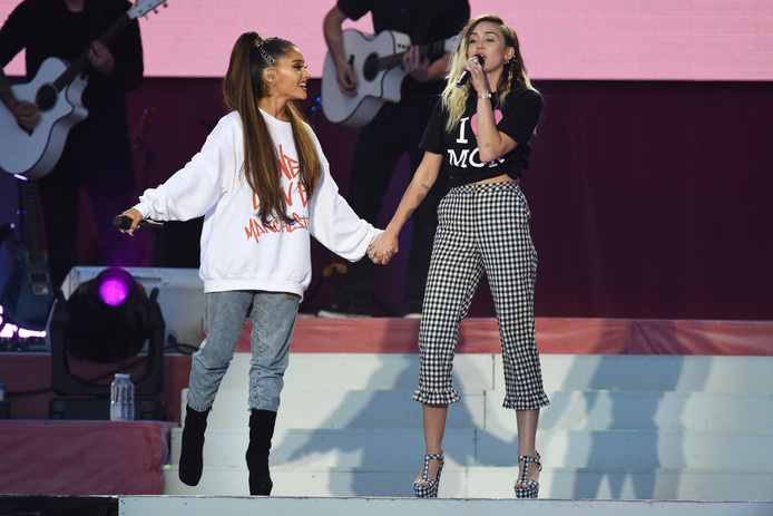 Ariana Grande en Miley Cyrus bij het benefietconcert One Love Manchester