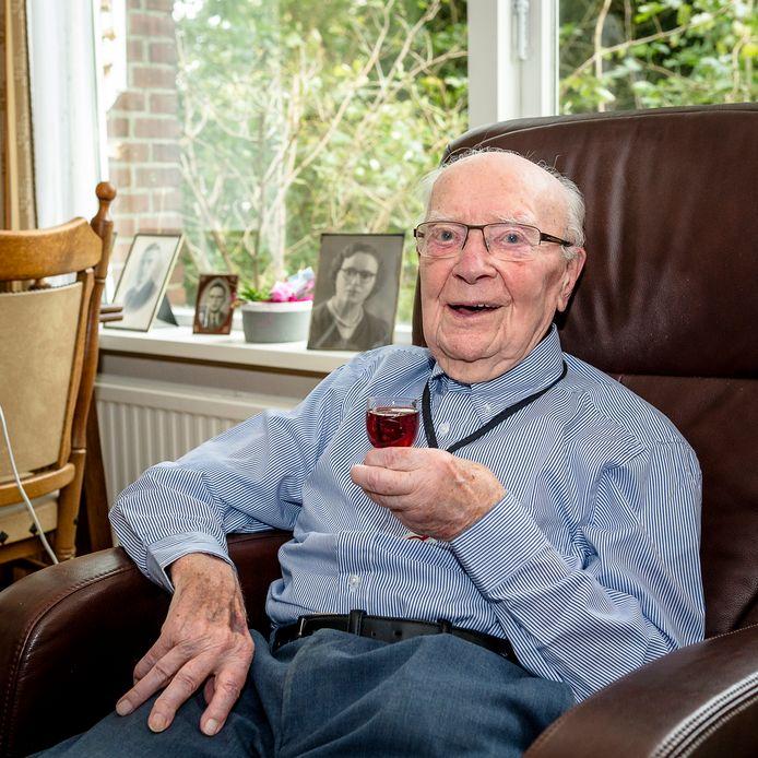 André Du Pon is vastberaden de oudste van Nederland te worden. Hij is in elk geval de oudste decorandus van de lintjesregen 2018.