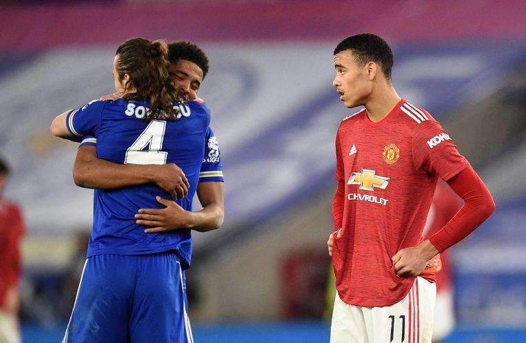 Caglar Soyuncu en Wesley Fofana van Leicester City vieren hun overwinning in de kwartfinale van de FA Cup. Mason Greenwood (Manchester United) kijkt toe, in mineur. Beeld REUTERS