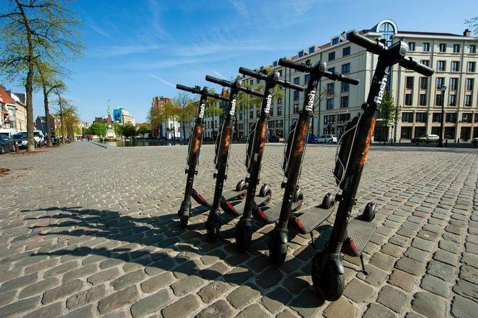 Des trottinettes électriques en libre-service sur la place Sainte-Catherine à Bruxelles.