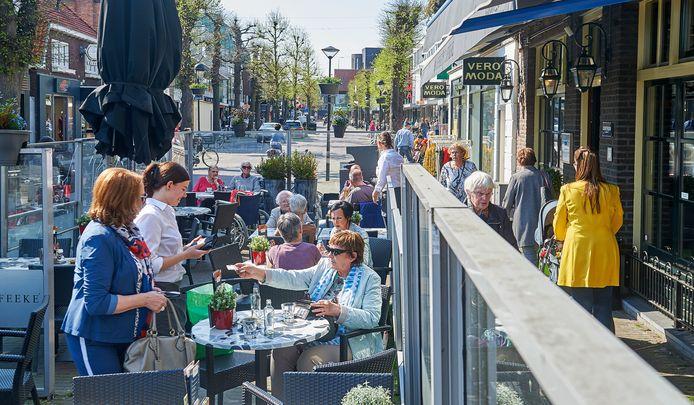 Het Udense winkelcentrum krijgt steeds meer horeca. Het terras van 't Cafeeke is al jaren een vertrouwde plek voor winkelend publiek om even neer te strijken.