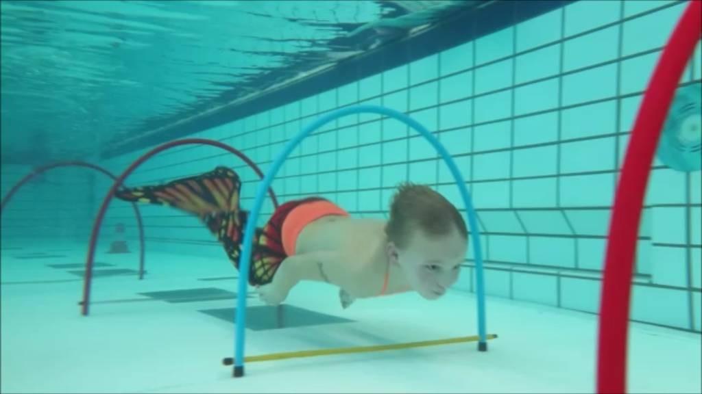 Floris moest onderwater onder vier poortjes door zwemmen. Foto Dave Banning
