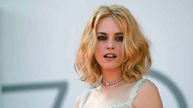 IN BEELD. Blonde Kristen Stewart straalt op première van 'Spencer' op Filmfestival van Venetië