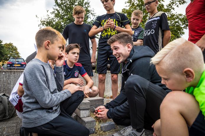 Carlos van Expeditie Robinson was vrijdagmiddag op bezoek bij de 35-jarige Sportschool Bijsterbosch in Heerde.