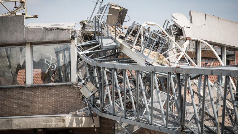 De kraan viel maandag op het schoolgebouw en richtte een ravage aan.