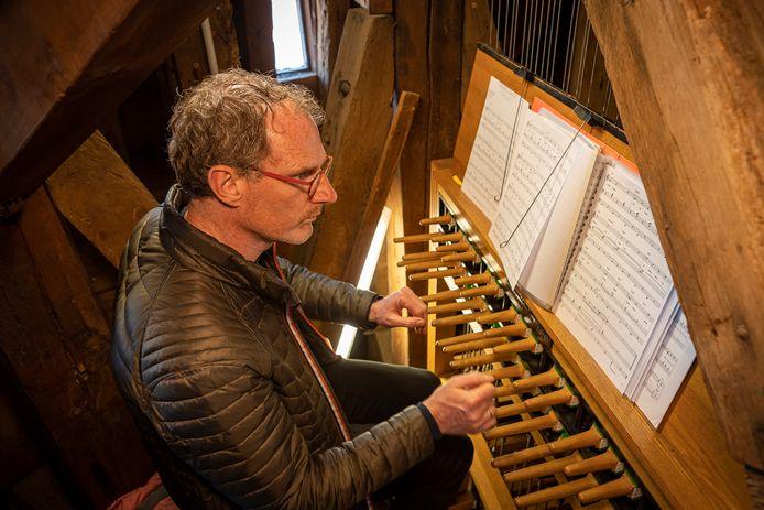 Janno den Engelsman, vorig jaar op Bevrijdingsdag, achter het klavier van de Zierikzeese stadhuistoren.
