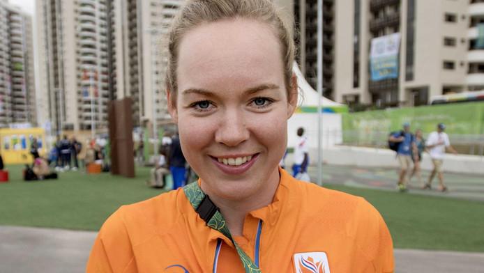 Olympisch kampioen Anna van der Breggen poseert met haar gouden plak in het atletendorp op de Olympische Spelen.