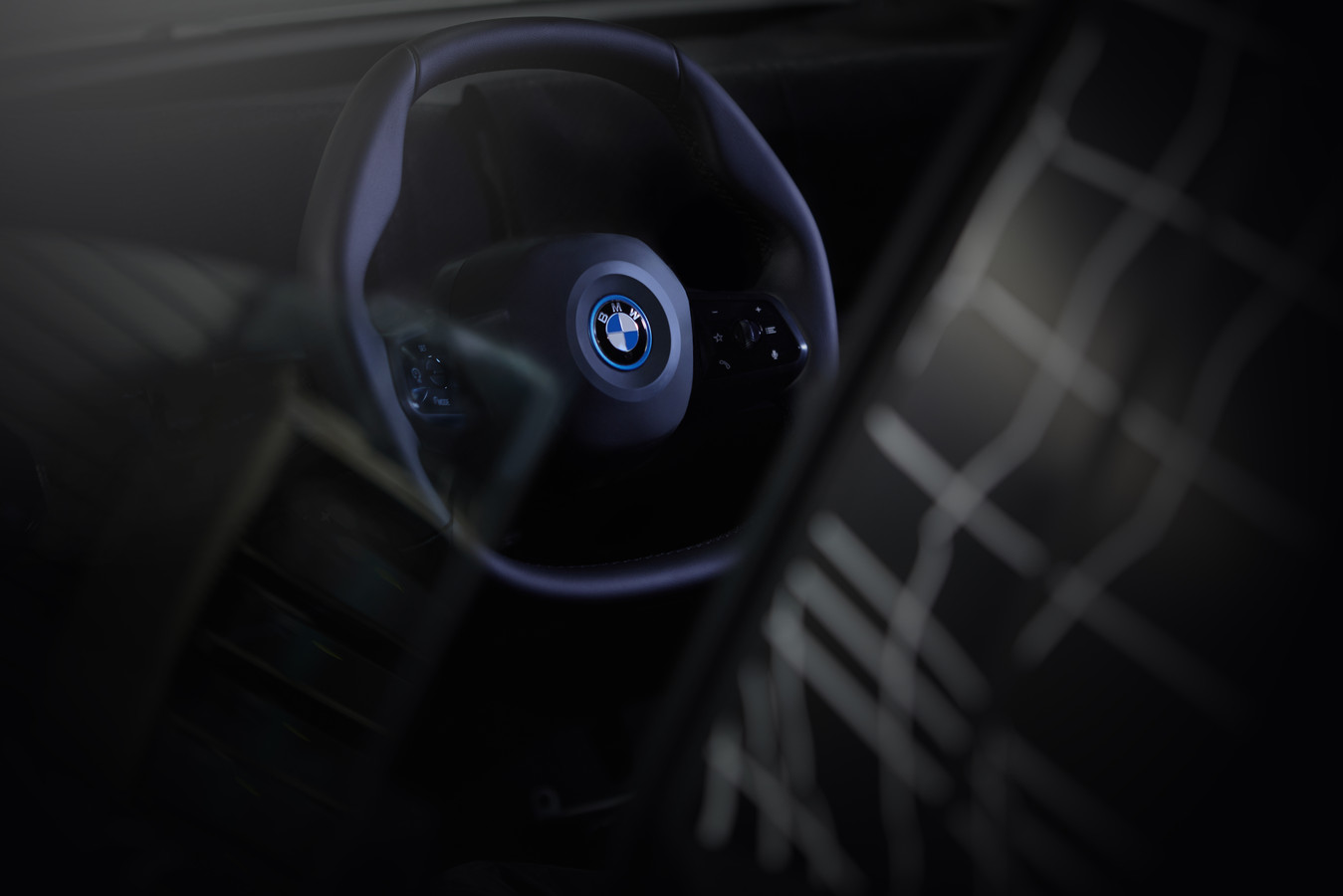Dit wordt het stuur in de BMW iNext die in 2021 te koop zal zijn. Het stuur is al veel hoekiger dan een conventioneel autostuur. Dit is tot nu toe de enige officiële foto die BMW van de iNext heeft vrijgegeven.