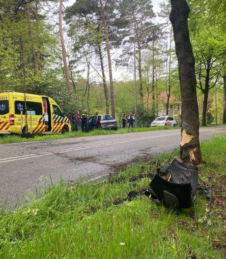 Auto botst tegen boom in Nijmegen, bestuurder gewond naar ziekenhuis