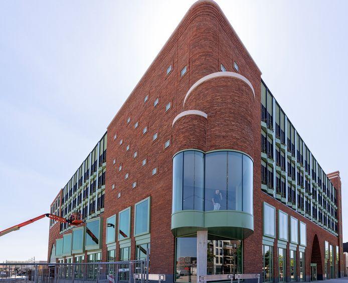 De nieuwe behuizing van de bibliotheek en parkeergarage vordert in de afbouw.