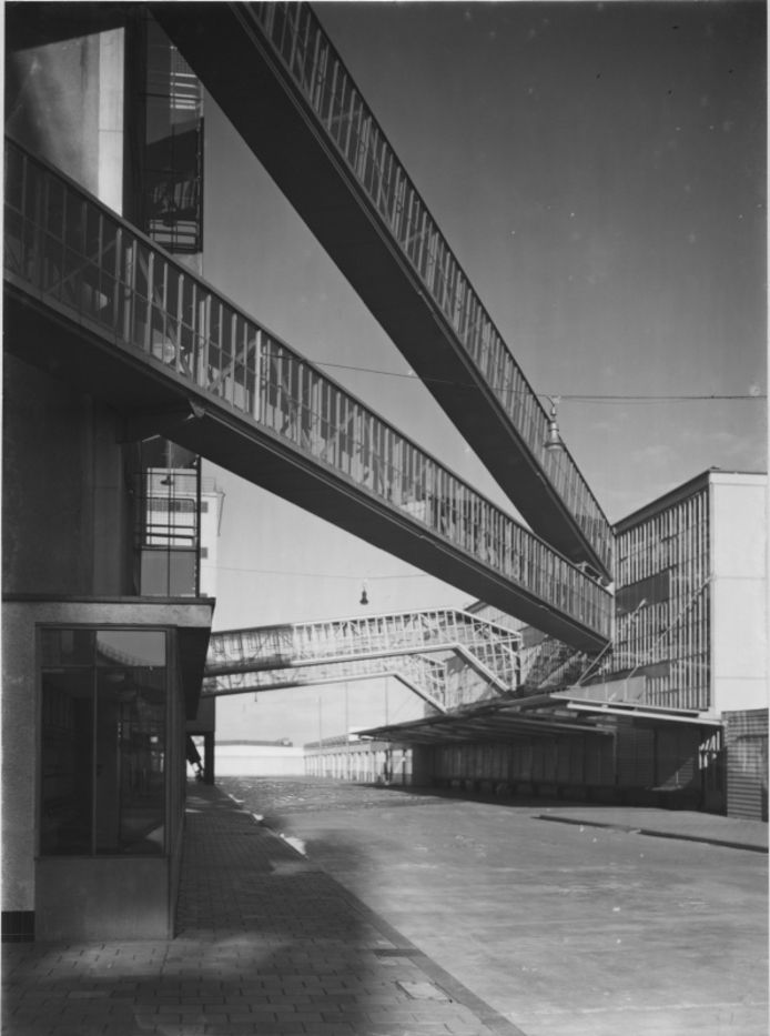 Luchtbruggen tussen de nieuwe fabriekscomplexen van Van Nelle.