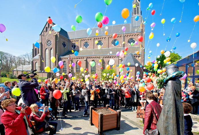 De Saradag in Made is een traditie. Na de verwelkoming gaan de gouden dames eerst naar het Sarabeeld bij De Mayboom.