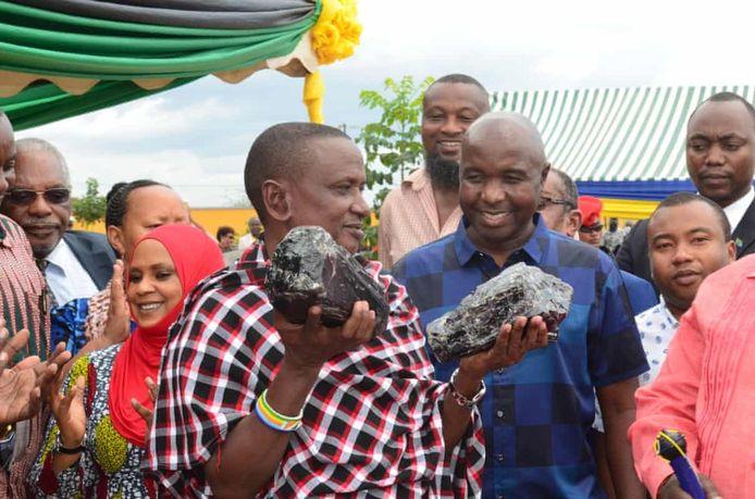 Saniniu Laizer krijgt 7,74 miljard Tanzaniaanse shillings (bijna 3 miljoen euro) van het Tanzaniaanse ministerie voor Mijnen voor het vinden van de edelstenen, die bij elkaar zo'n vijftien kilo wegen.
