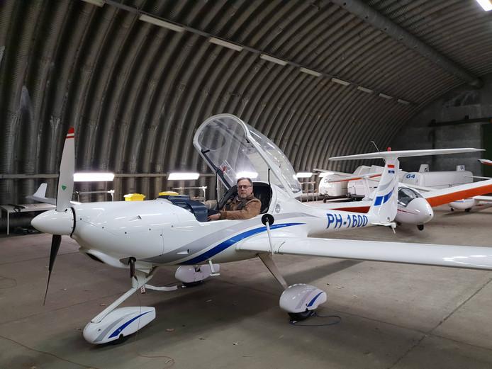 Dimona, het nieuwe sleepvliegtuig van Gilzer Luchtvaart Club Illustrious. Penningmeester Peter de Groot is trots op de nieuwste aanwinst die een stuk stiller is dan zijn voorganger.