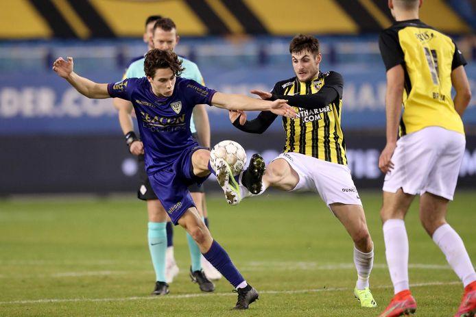 Matus Bero (rechts) in duel met Simon Janssen van VVV Venlo.