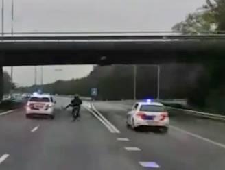Scooterrijder snort over snelweg en trapt naar politie in Nederland