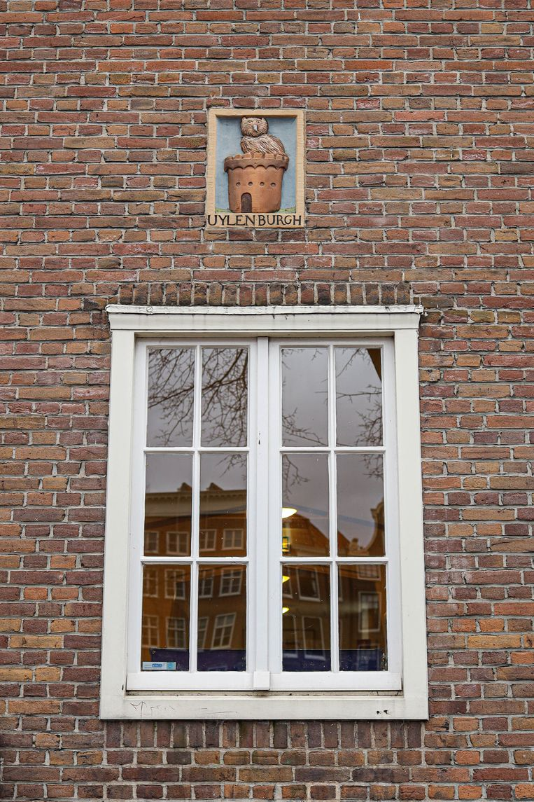 Op 13 februari stonden we op de Oude Schans bij een gevelsteen in de muur van basisschool De Witte Olifant. De gevelsteen, afkomstig uit de in 1927 gesloopte krotwoning Uilenburgerstraat 106, verwijst naar het in 1595 aangelegde eiland Uylenburgh. Winnaar is Wikje Rademaker uit Voorhout. Beeld Anouk Hulsebosch