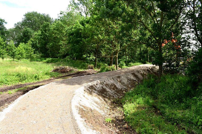 Er werd een nieuwe toegangsweg gemaakt in de tuin van het Baljuwhuis naar de nieuwe brug
