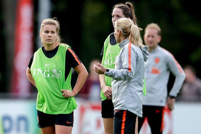Bondscoach Sarina Wiegman geeft instructies aan middenvelder Victoria Pelova.