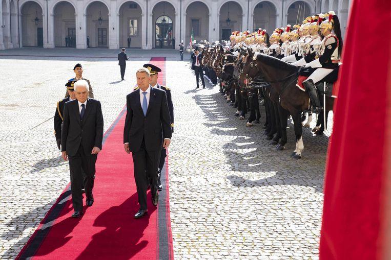 Archiefbeeld van de Italiaanse president Mattarella (links) op bezoek bij de Roemeense president Iohannis. Beeld EPA