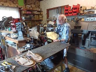 """REEKS UITSTERVEND RAS. Schoenmaker Joseph Dewulf (76) uit Sleidinge: """"Alleen wanneer ze echt gehecht zijn aan hun schoen of handtas willen ze er nog geld tegenaan gooien"""""""