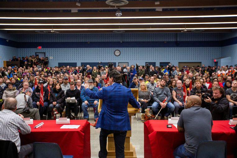 President van Unifor National, Jerry Dias, spreekt GM-medewerkers toe tijdens een vakbondsbijeenkomst in Oshawa, Canada.  Beeld Reuters