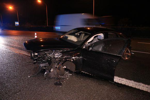 De auto raakte zwaar gehavend maar de bestuurder bleef ongedeerd.