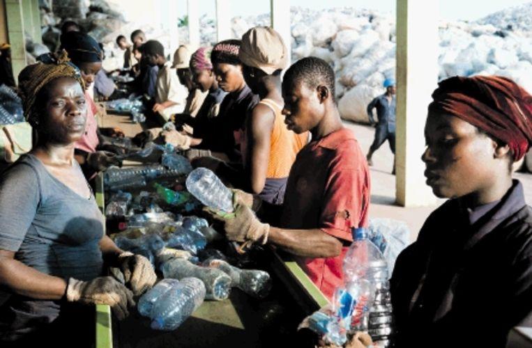 Op de fabriek van Cyclus Elmina in Accra scheiden een twintigtal medewerkers drie soorten plastic: PET (frisdrankflessen), HDPE (jerrycans) en PE (plastic zakjes). (FOTO'S NILS ELZENGA) Beeld