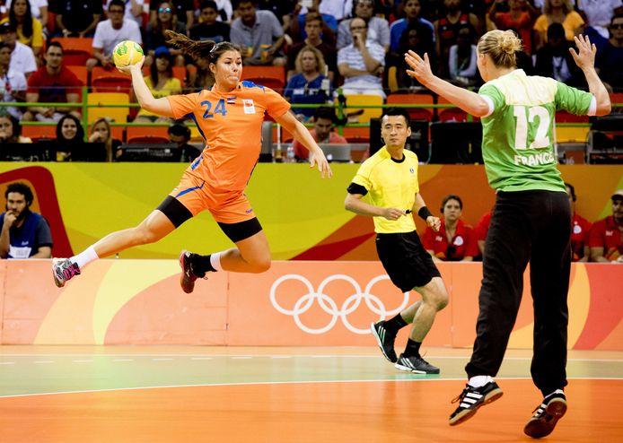 Martine Smeets scoort voor Oranje tijdens de Olympische Spelen van 2016 in Rio.
