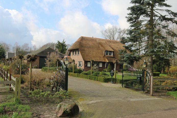 In een schuur achter dit huis in Hengelo werd in maart 2020 een drugslab in werking ontmanteld.