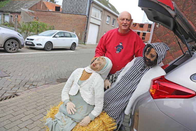 Daniel Torisaen laadde de beschadigde beelden in zijn auto.