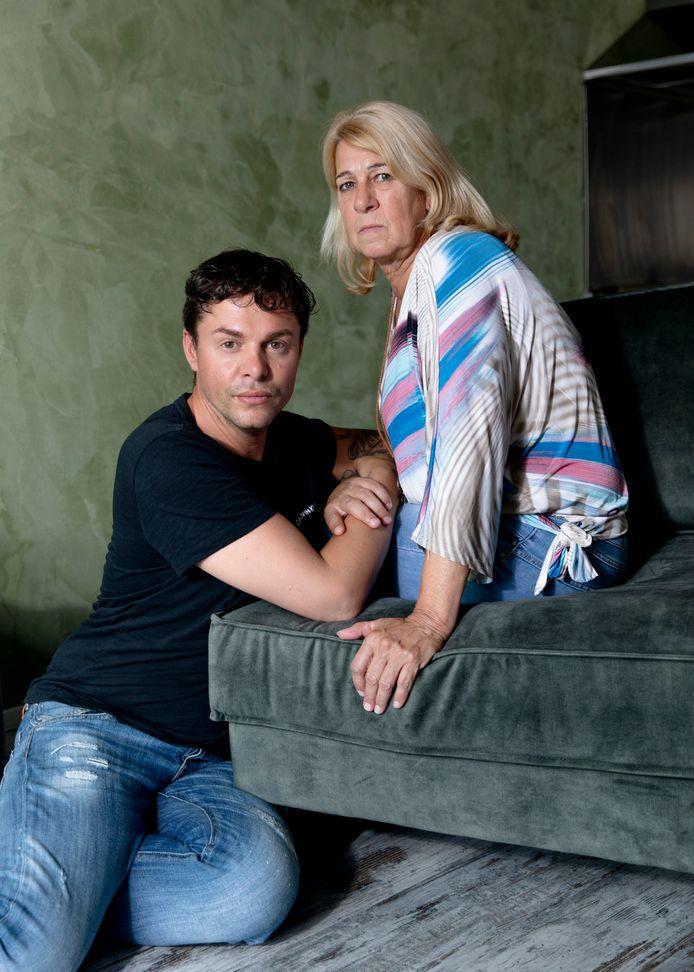Ricardo Visscher en zijn moeder Marga den Ridder. 'Had ik het toen geweten, dan had ik Ricardo aan zijn pruik uit die club getrokken.'