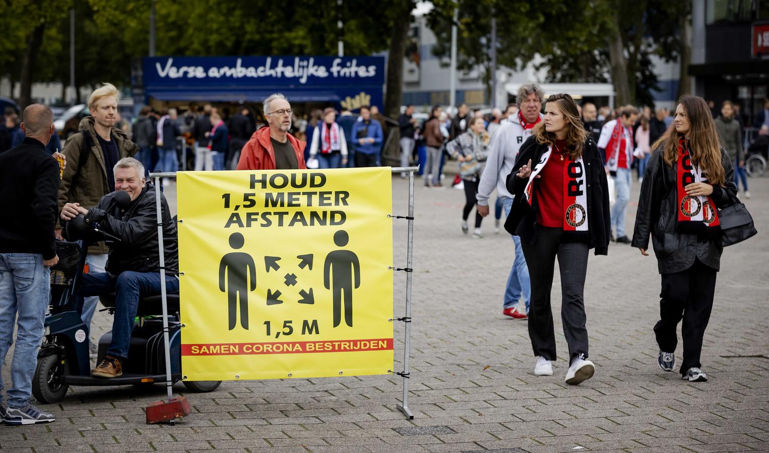 Een coronabord bij stadion De Kuip.