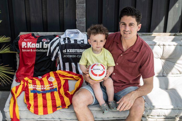 Twan Smits, met op schoot zoontje Raf, speelde in de top van het amateurvoetbal, bij Juliana'31, Achilles'29 en De Treffers.
