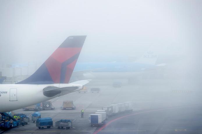 Het vliegverkeer op Schiphol ondervindt flink wat hinder door de mist.