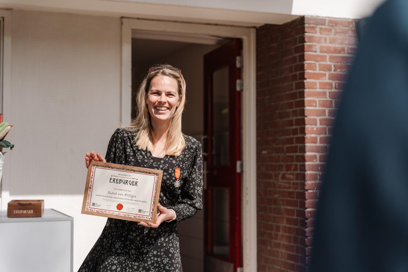 Judith van Willigen uit Dordrecht is door De Vegetarische Slager benoemd tot Ereburger wegens haar bijzondere verdiensten voor dier, mens en milieu.
