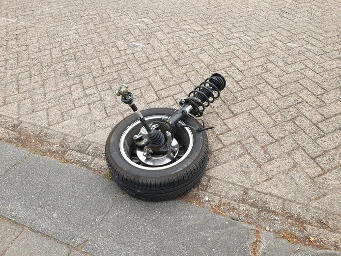 Voorwiel breek af van auto in Sprang-Capelle