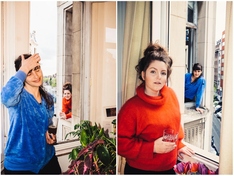 Lize Spit (in het oranje) en Vera Tussing: 'Soms koken we zelfs voor elkaar en geven we de gerechten door via het raam.' Beeld Carmen De Vos